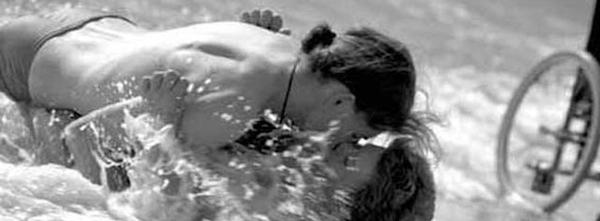 ragazza disabile bacia ragazzo sulla spiaggia