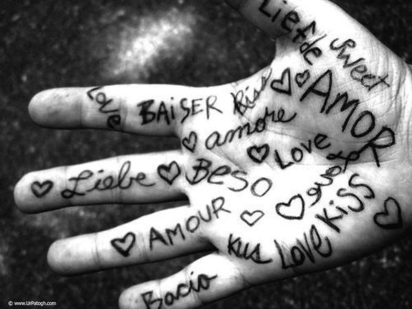 mano con scritte amore