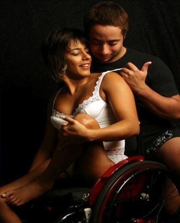 una donna in carrozzina in intimo e un uomo