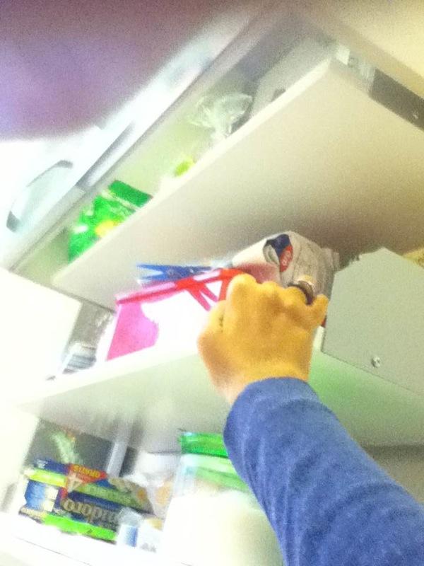 la mano di Chiara in cucina